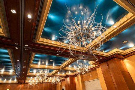 V kongresovém sále zůstaly lustry od Reného Roubíčka.