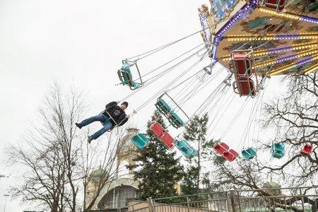 Honza na kloubovém kolotoči z Anglie s názvem Flying Swinger.