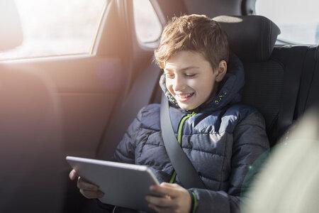 Tablet, mobil a omezování času, který na nich dětí stráví? To řeší snad každý rodič.