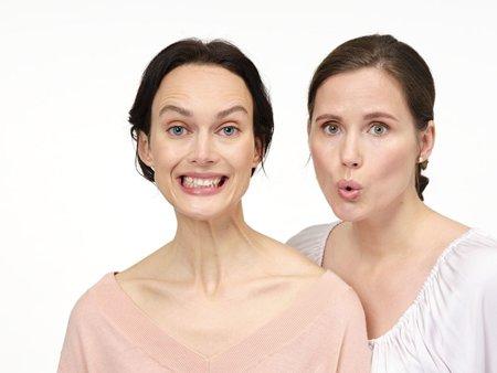 Obličejové cviky. Lucie předvádí oblíbený A-E-I-O-U, Míša cvik Marylin.