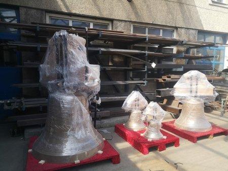 Pracovníci rakouského zvonařství Grassmayr naložili 7. srpna 2020 do kamionu v Innsbrucku nové zvony pro kostely svatého Haštala a svatého Havla na Starém Městě v Praze.