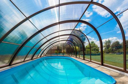 Bazén si díky zastřešení můžete užívat i na podzim