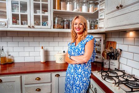 S počítačovým návrhem nové kuchyňské linky jí pomáhal syn Lucián. Má řadu vychytávek, které si doma Lucie přála mít. Třeba poličky na staré porcelánové dózy.