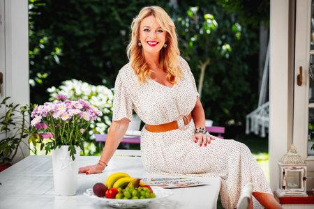 Lucie má ve své zimní zahradě obrovský stůl, u kterého se nejraději schází se svou početnou rodinou a přáteli.