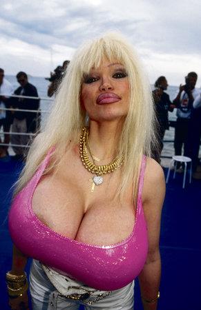 Slavná pornohvězda Lolo Ferrari zemřela před deseti lety za záhadných okolností. Podnikatel odsouzený za sexuální vydírání šesti modelek pracoval jako její manažer.