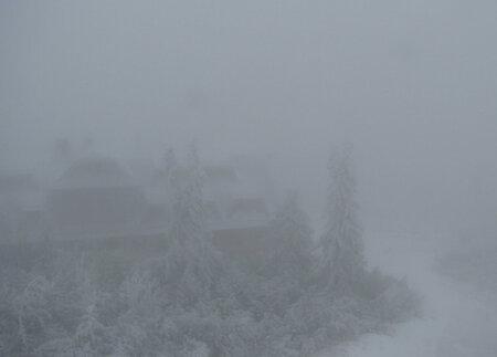 Lysá hora je pod sněhem.