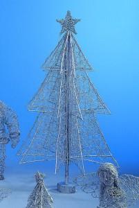 Své známé můžete překvapit naprosto netradičním vánočním stromkem. Tento je z ratanu a stojí 1 355 Kč (umerkura.cz)