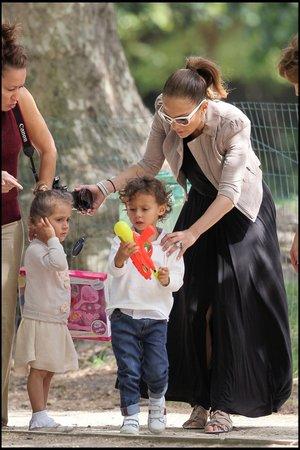 Emma si jako správná holčička nesla krabici s oblečky na panenky, její bratr Max zase vodní pistolku.