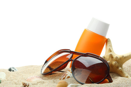 Nezbytné duo na pláž: Opalovací krém a sluneční brýle.