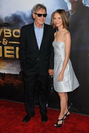 Na premiéře filmu Cowboys & Aliens se ukázal herec Harrison Ford i se svou křehkou a stále mladistvě vypadající manželkou Calistou Flockhart.