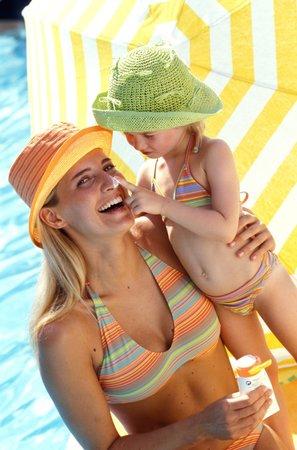Léto napláži pod slunečníkem je pro děti ideální
