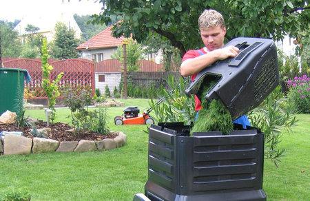 Pokud nechcete mít na zahradě nevzhlednou hromadu, vyplatí se pořídit si plastový kompostér, který navíc urychlí tvorbu humusu.