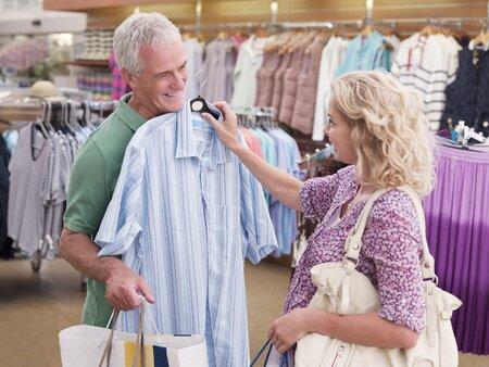 Pokud chcete mít partnera oblečeného podle svých představ, musíte zapojit svou diplomacii.
