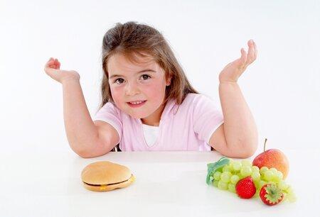 Když simá dítě vybrat mezi hamburgrema  aovocems e zelninou, bývá volba často jendoznačná a zdravá výživa to nevyhraje...