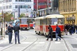 Další brutální útok v MHD! Trojice útočníků zbila řidiče tramvaje