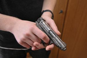 Muž z Prahy se vloupal k sousedovi do bytu a napadl ho: Skončil postřelený
