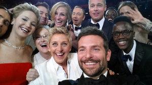Oscarové selfie zbořilo Twitter: 12 celebrit a 2 miliony sdílení