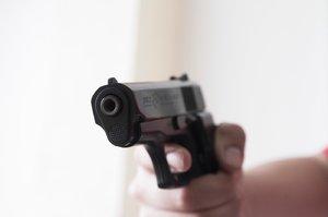Zavraždil matku a jejího přítele, pak střílel na policii