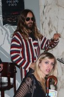 Hollywoodský fešák Jared Leto si vyšel v Praze do kina: V přestrojení za hipíka!