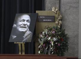Pohřeb Petra Skoumala (†76): Loučila se manželka Ilona, milenka Fischerová i utajovaný syn