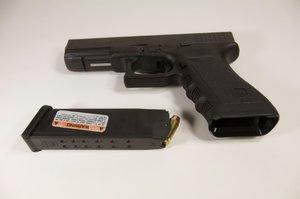15letý kluk ukradl na střelnici pistoli: Schovával ji ve školní skříňce!