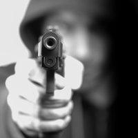 Černý pasažér ohrožoval revizory zbraní. Ve vězení teď může strávit i 8 let