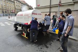 Voda v Dejvicích a Bubenči není pitná: Průjem dostalo už 130 Pražanů! Přistaveny byly cisterny