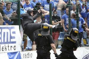 Opava se před derby s Baníkem chystá na válku: Odvezte auta, schovejte se, vyzvalo město občany
