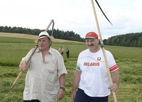 """Depardieu zase mění adresu. Stěhuje se za """"sympaťákem"""" Lukašenkem do Běloruska"""