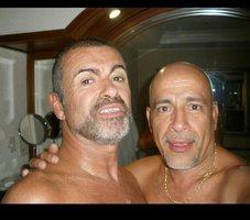 George Michael si udělal nahé selfie s kadeřníkem! Dohromady je jim 116 let, ale vypadají super