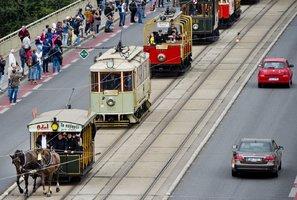 Prahou projel průvod tramvají. Vedla ho koňka, uzavírala luxusní souprava
