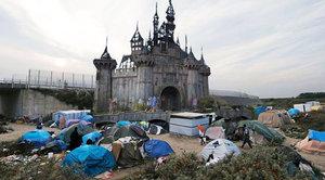 Banksy nechal rozmontovat svůj park, aby pomohl vybudovat přístřešky pro uprchlíky