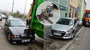Tahač kuka vůz neudržel: Popeláři v Praze nabourali tři auta