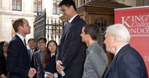 Princ William se setkal s nejvyšším mužem světa Yao Mingem. A vypadal vedle něj jako trpaslík!
