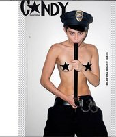 """Miley Cyrus si bere """"do huby"""" už i policajty: Nahá saje jejich obušky!"""