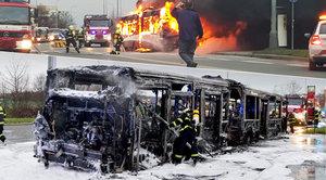 V Letňanech shořel městský autobus plný lidí: Malý hasicí přístroj na jeho záchranu nestačil
