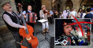 V Praze budou honit umělce z jednoho břehu Vltavy na druhý. Dudy zakázali
