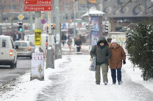 Zima promlouvá: Silnice pod ledem, schovaní bezdomovci i nové lyžování