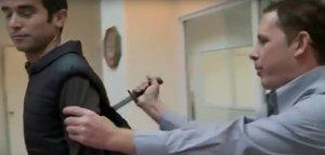 Novinář testoval vestu odolnou proti nožům: Nefungovala. Bodli ho do zad