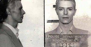 David Bowie (†69) jako kriminálník! Podívejte se na 40 let staré fotografie legendárního rockera
