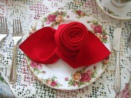 VIDEO: Jak složit růži z ubrousku za 72 sekund? Dekorace nejen na valentýnský stůl