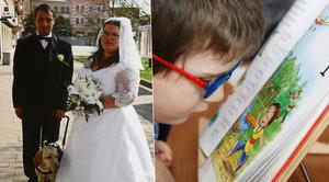 Malý Jenda zdědil po otci oční vadu. Od narození je téměř slepý, čtení ale miluje