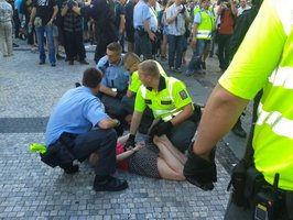 Kateřina protestovala na podporu uprchlíků. Za napadení policisty má podmínku