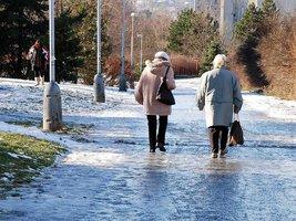 Do Česka se přižene mráz: Brzy začnou klouzat silnice i chodníky