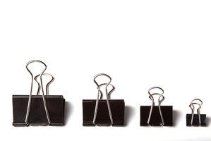 5 supertipů, jak využít sponky na papír: Zkuste je třeba jako stojan na mobil!