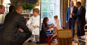 Barack Obama si potřásl rukou s princem Georgem (2), ten byl už v pyžamu