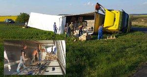 Na Rakovnicku se převrátil kamion s dlaždičkami: Musí je ručně přeskládat