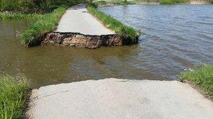 Na Strakonicku se protrhla hráz rybníka: V ohrožení je několik obcí