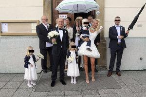 Minišaty z Monaka na obřad v kostele. Miliardář Valenta do toho opět praštil