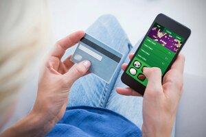 Češi surfují na webu přes mobily nejméně z celé EU, zjistili statistici